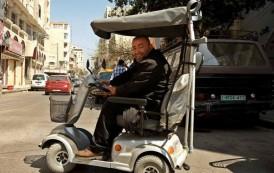 إعلامي فلسطيني يتحدى الإعاقة منذ نصف قرن ويصر على مواصلة الكتابة